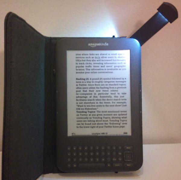 Pouydro Amazon Kindle 3 s lampičkou, i za cenu 59,99 se vyplatí koupit, ta lampička je geniální!