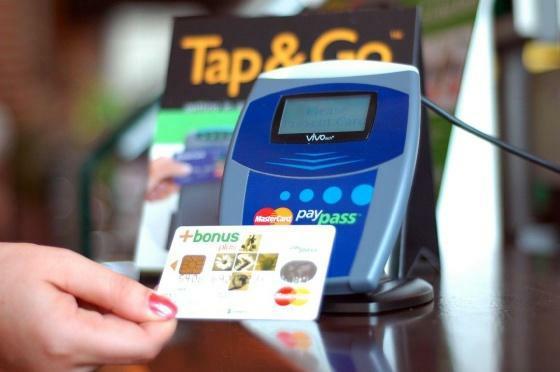 Pokud na dovolené v ČR nebo v zahraniční ztratíte svou kartu, neváhejte a ihned bance nahlaste blokaci karty. Telfonní čísla pro blokaci karty najdete v tabulce níže.