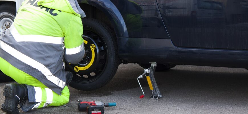 Flat Tire Breakdown Tire Service  - stux / Pixabay