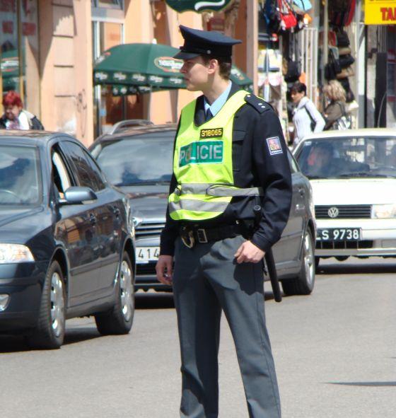 Jak se asi zachová policista, který má problémy s dluhy, když mu někdo nabídne úplatek? Zdroj foto: cs.wikipedia.org