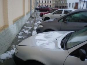 Sníh a led, který padá ze střech ničí auta a zraňuje chodce
