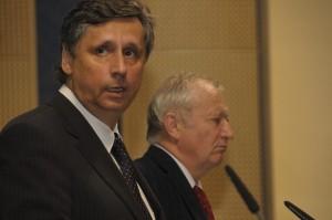premiér Jan Fischer a ministr financí Eduard Janota